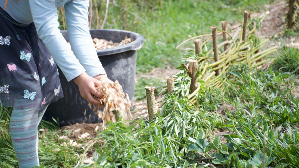 Es wurden Hackschnitzel gestreut und alle hatten viel Spaß beim Schaffen und Gestalten in unserem neuen Garten
