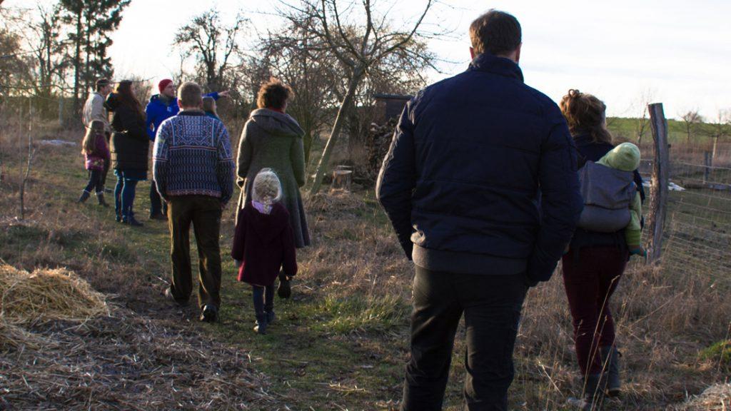 Auf einem Spaziergang erkunden Menschen die Natur