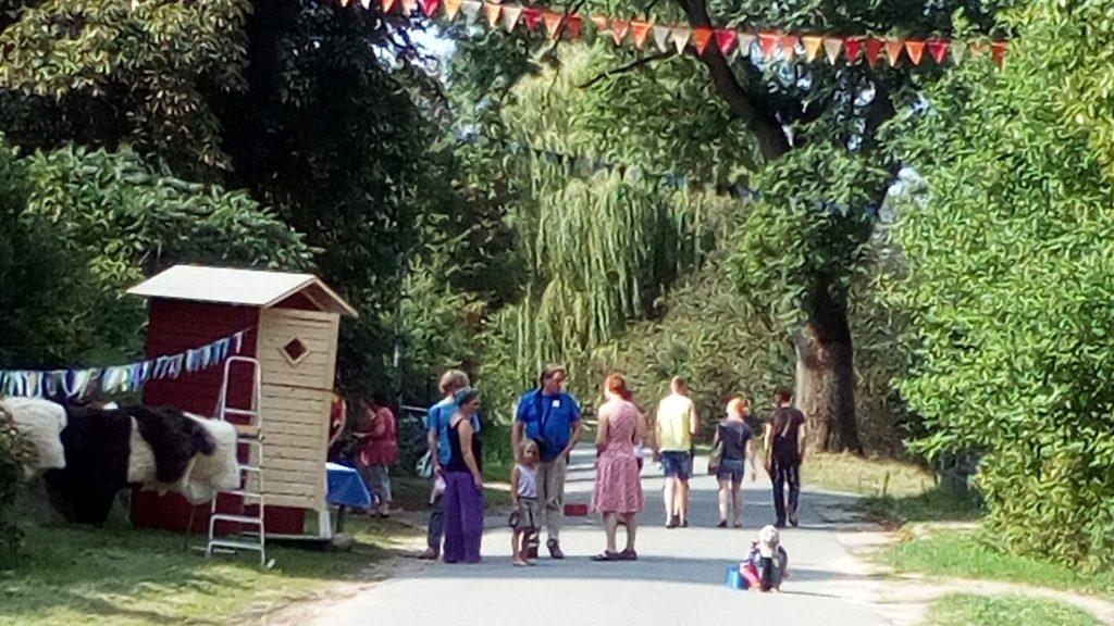 An einem schönen Sommertag treffen sich Familien am LERNORT