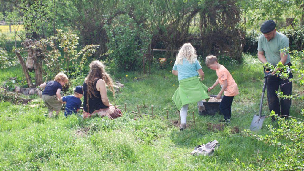 schönes und stabiles Geflecht wurde von den Kindern mit Eifer um den Bereich geflochten, der ein LERNORT-Garten werden soll.