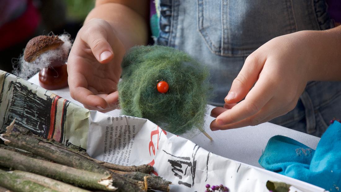 Fleißige Kinderhände batelten schöne Kunstwerke aus Wolle und Beeren