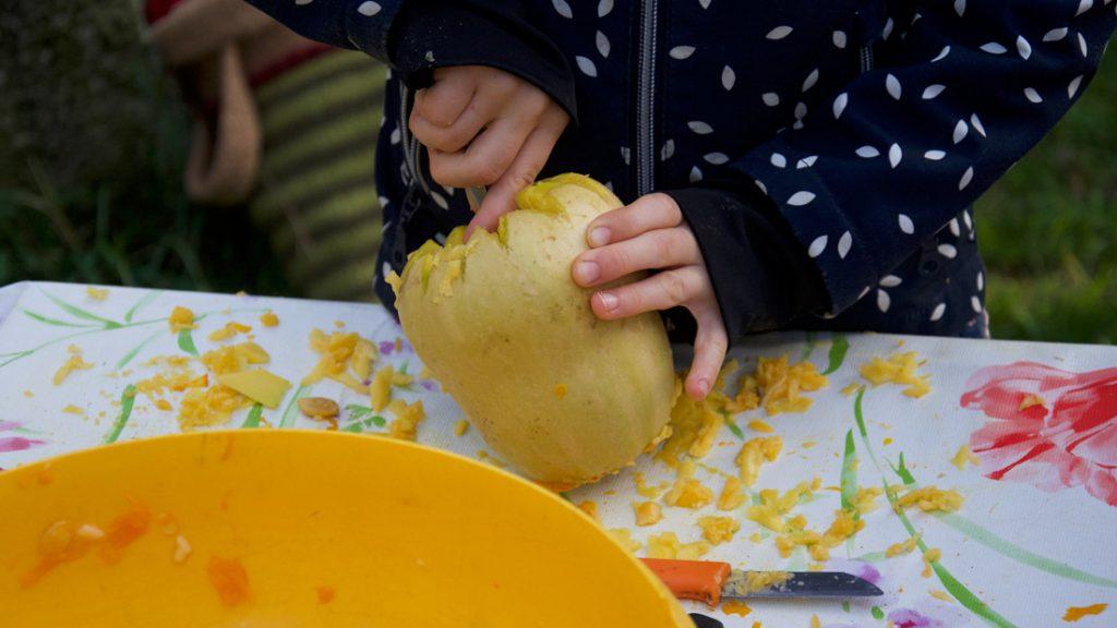 Die Kinder höhlten die Kürbisse aus um daraus dann Laternen zu basteln