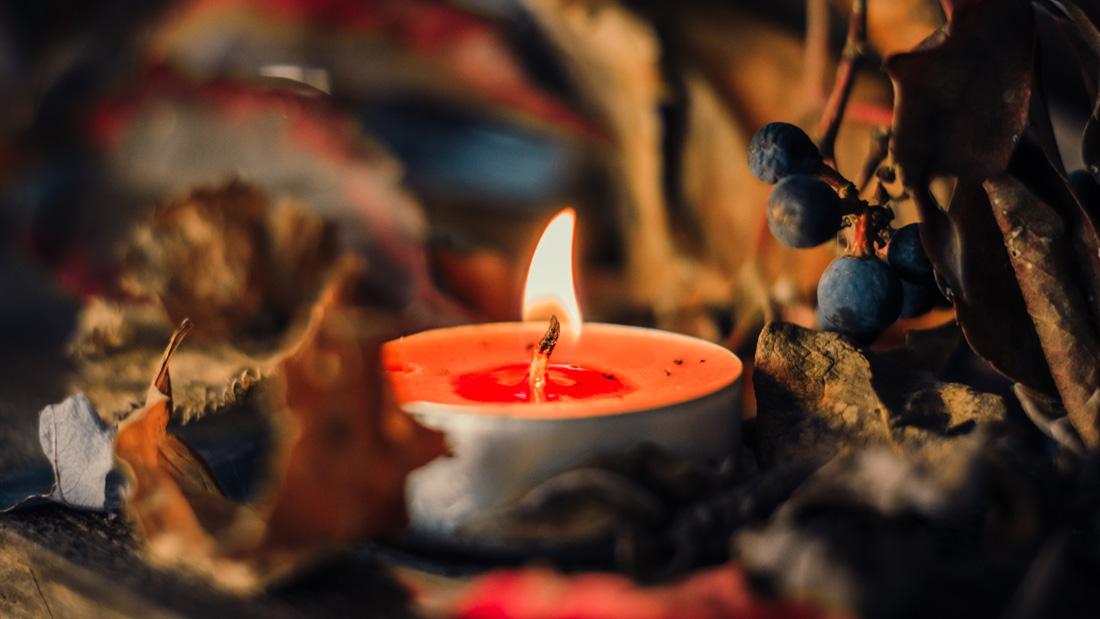 Eine Kerze stimmt auf das adventliche Singen am LERNORT ein