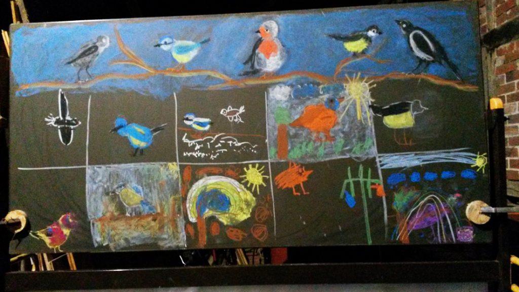 An der Tafel entstanden mit Kreide viele wunderschöne und bunte Bilder von Vögeln und anderem