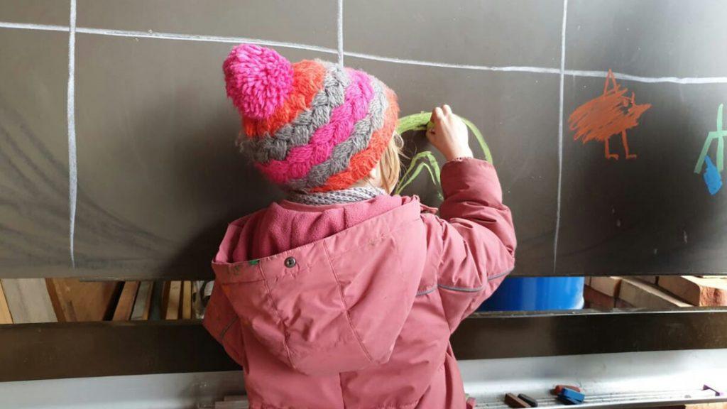 Die Kinder waren an der Tafel fleißig und mit viel Freude am Malen