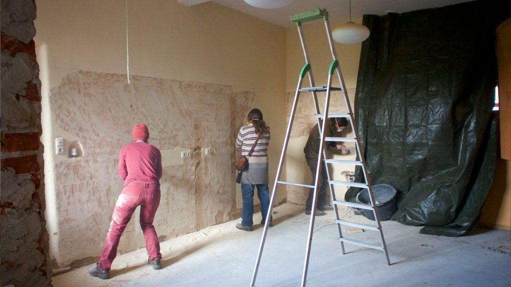 Auf der Baustelle, herrschte ein emsiges Treiben. In der Schulküche müssen die Wände für Christoph, den Fliesenkünstler, vorbereitet werden