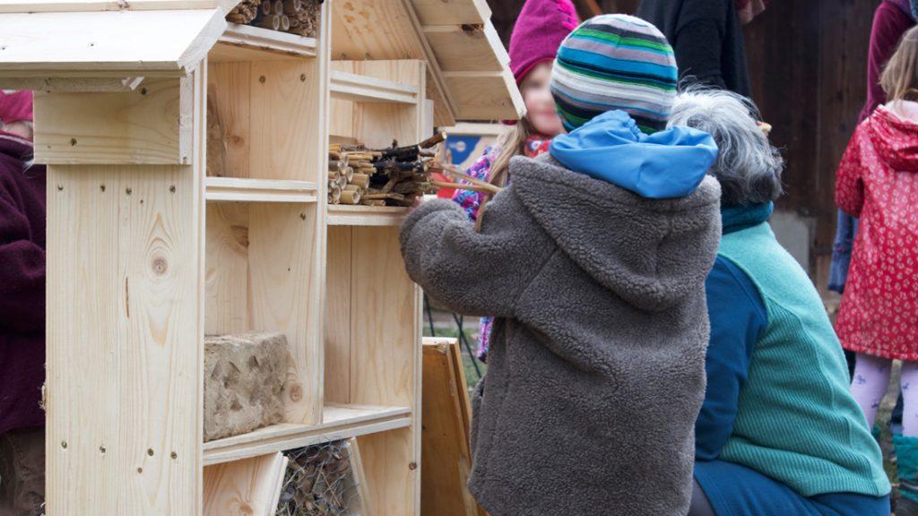 Die Kinder bauten fleißig und mit viel Spaß das Insektenhotel